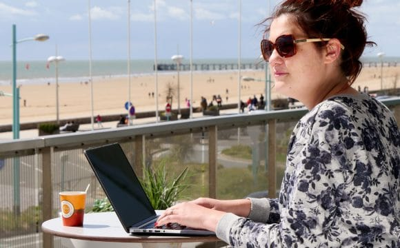practice-services-coworking-women-work-outside